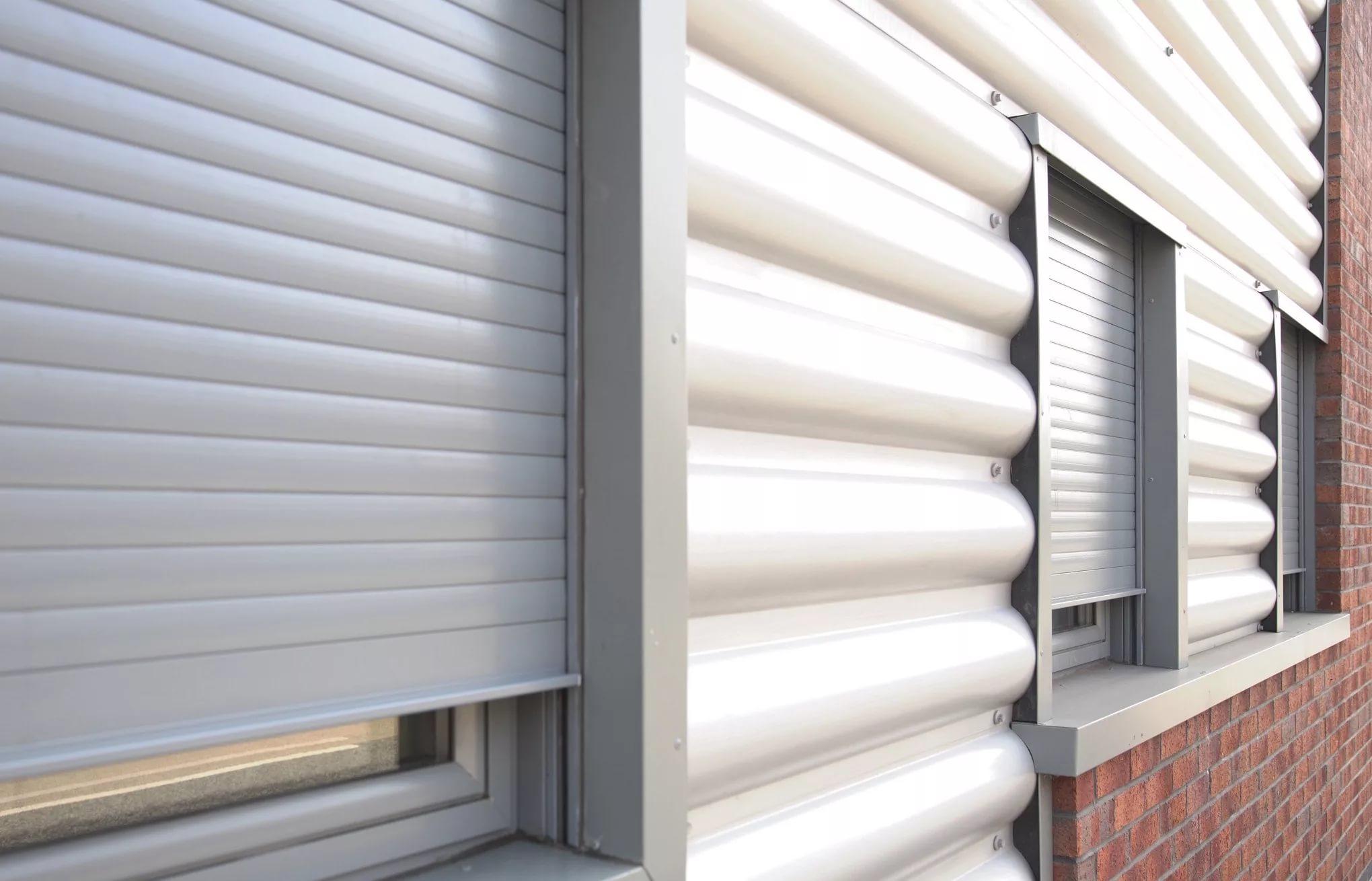 Защитные рольставни на окна, встроенный монтаж