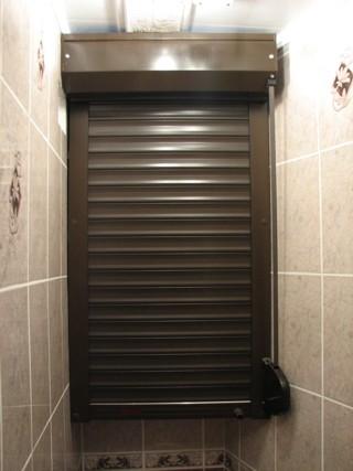 Роллеты в туалет, коричневые, с ленточным управлением