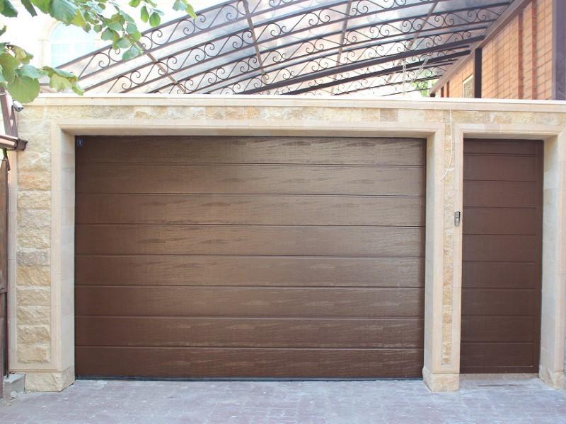 Подъемно секционные ворота с дверью