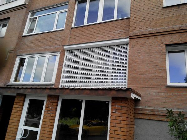 На окно роллетная решетка
