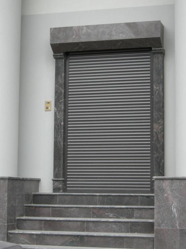 Защитные рольставни на двери